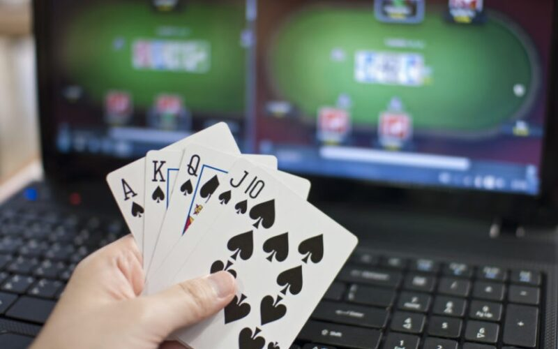 How to successfully bluff in online poker game?